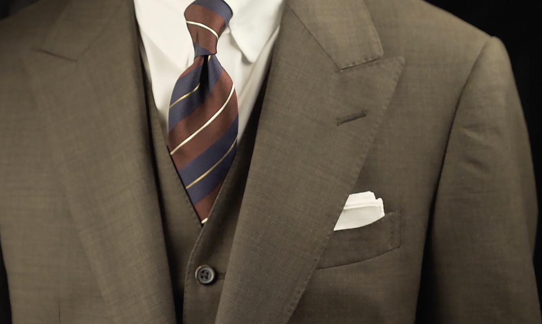 ノーネクタイのときこそ使いたい、ポケットチーフの折り方と挿し方
